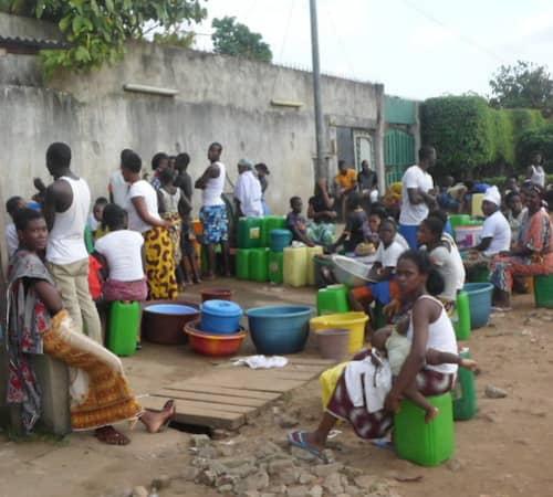 Les habitants de la commune de Yopougon à la recherche d'eau. Abidjan 15 mais 2021
